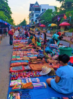 Luang Prabang Calle Sisavangvong (3)